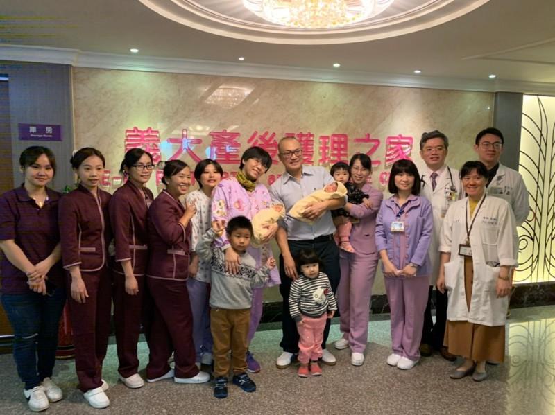 雙胞胎姊妹雖早產,但在義大醫護人員照顧下,即將順利離院返家。(記者蘇福男翻攝)