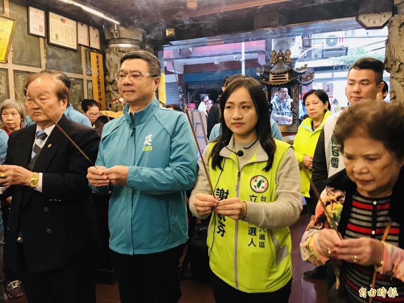 民進黨主席卓榮泰與立委候選人謝佩芬今天下午展開拜票行程,兩人在通化福德宮參拜。(記者蔡思培攝)