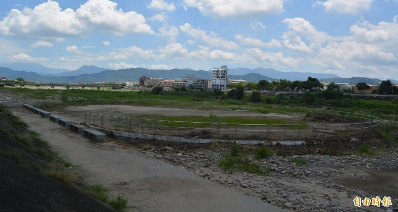 市府運動局去年底在頭汴坑溪高灘地興建溜冰場,沒想到還沒啟用,今年「520」大雨就被洪水淹沒布滿土石、長草宛如廢墟。(記者陳建志攝)