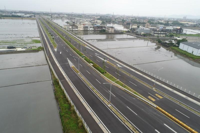 宜蘭縣二結聯絡道都外段,明天上午10點開放雙向單線通行,圖為鳥瞰畫面。(圖由宜蘭縣政府提供)