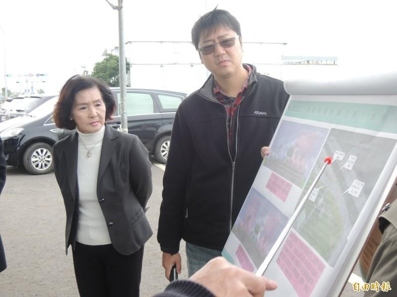 宜蘭縣長林姿妙(左)今天下午現勘二結聯絡道。(記者江志雄攝)