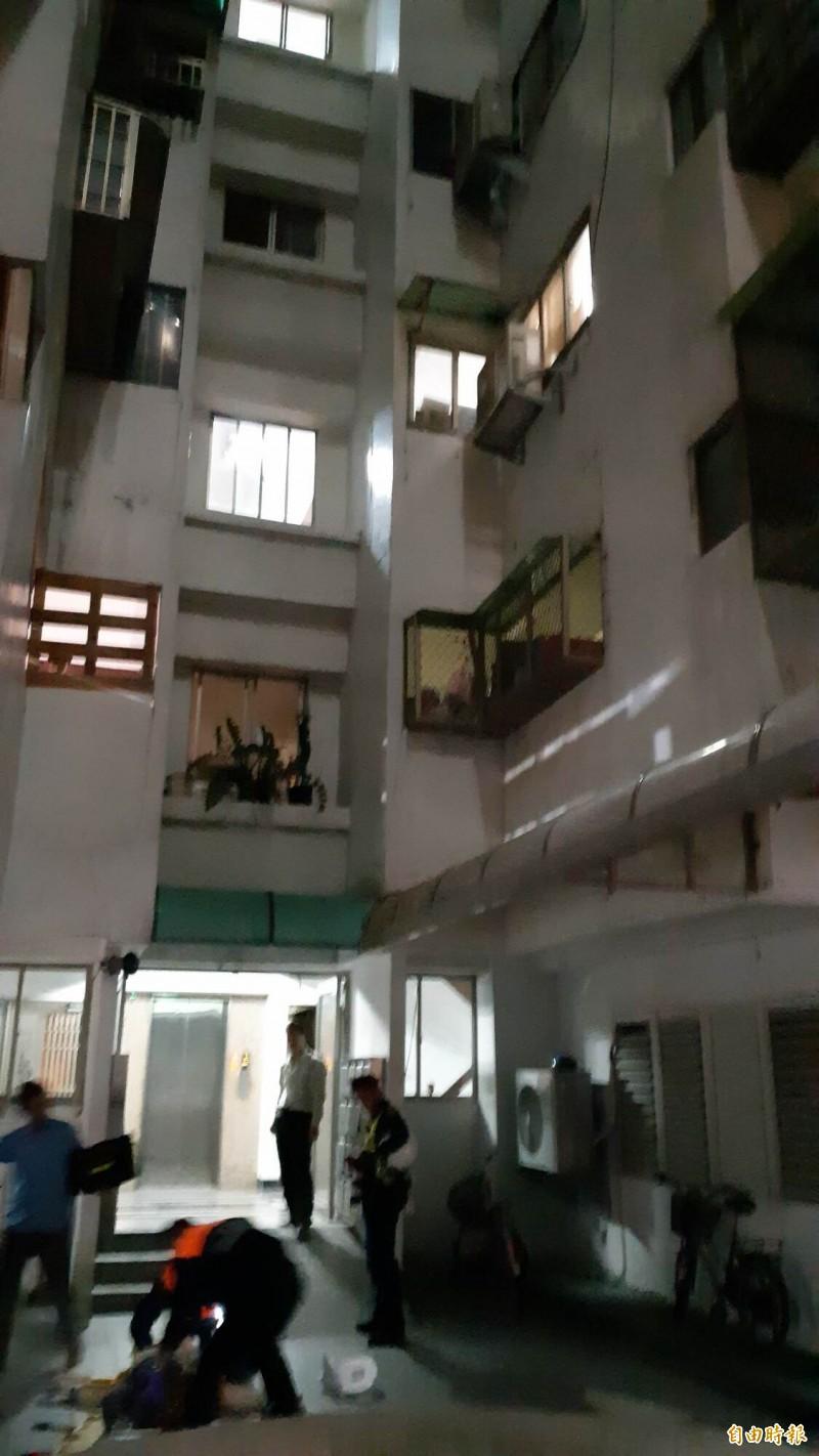 台東市一大樓晚間驚傳少年墜樓,救護人員在地面進行急救。(記者黃明堂攝)