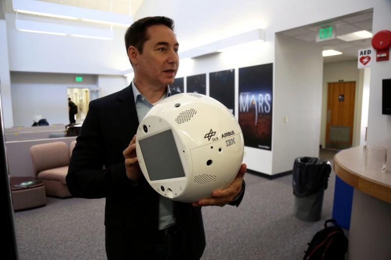 人工智慧球型機器人「活腦」行動式乘員互動夥伴(CIMON),可陪伴及輔助國際太空站的太空人執行日常任務。(路透檔案照)