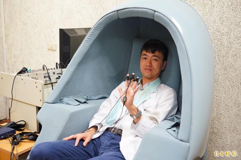 曾承翔說明生理回饋儀,該儀器可檢測身體在不同狀態下的體溫、心跳、呼吸、皮膚導電度等數值。(記者李容萍攝)