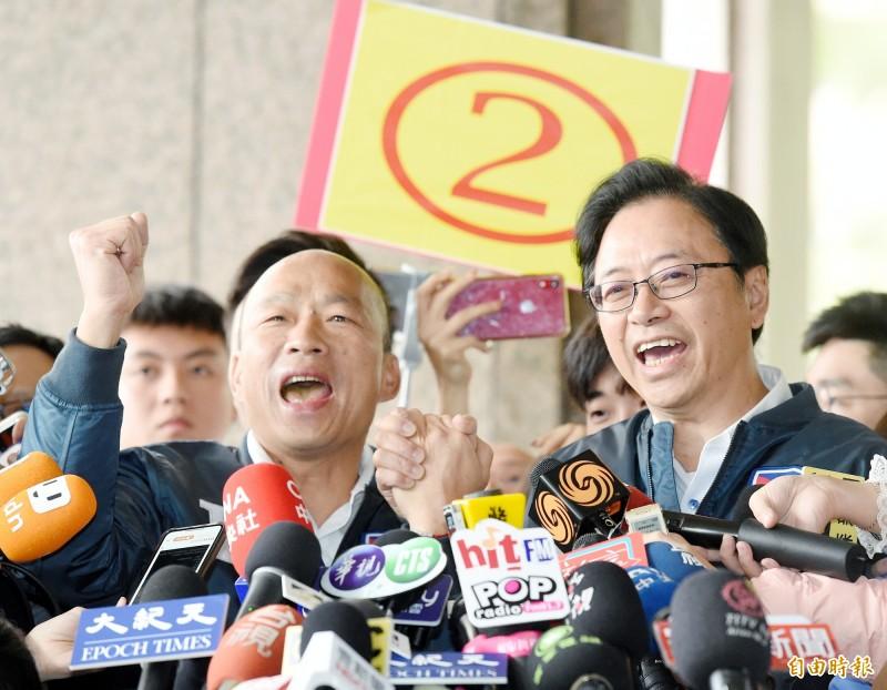 日本國際政治學者藤井嚴喜日前在一場研討會上提出警告,雖然台灣明年1月的總統和立法院大選民進黨保持領先優勢,但絕對不能掉以輕心,他擔心中共選前可能又使出殺手鐧,要是在野黨總統候選人遇刺,選舉可能被迫無效。對此,韓國瑜(圖左)自嘲,民調輸30%的他,會有被暗殺的危機嗎?但也強調「我完全不擔心」。(記者朱沛雄攝)