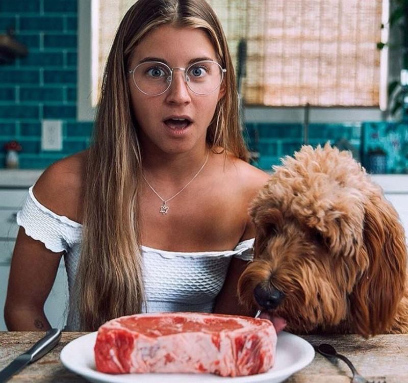 素食主義網紅帕克(Alyse Parker)近來展開30天的純肉飲食,竟發覺身體變得更加健康。(圖擷自「alyseparkerr」IG)