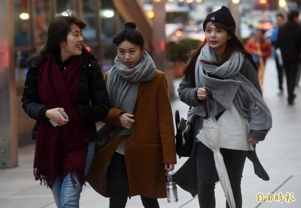 中央氣象局在下午3點23分針對5縣市發布低溫特報,今晚至明(10日)清晨氣溫可能低於10度以下,提醒民眾注意保暖。(資料照)
