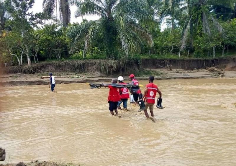 東非烏干達暴雨不斷,死亡人數持續上升,8日再尋獲17具屍體。(圖擷自烏干達紅十字會官方推特@UgandaRedCross)