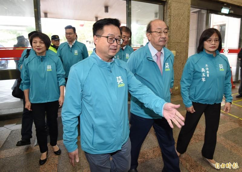 民進黨秘書長羅文嘉(圖左) 指「陳宜民一時衝動能理解」,黃昭順比較壞。(資料照)