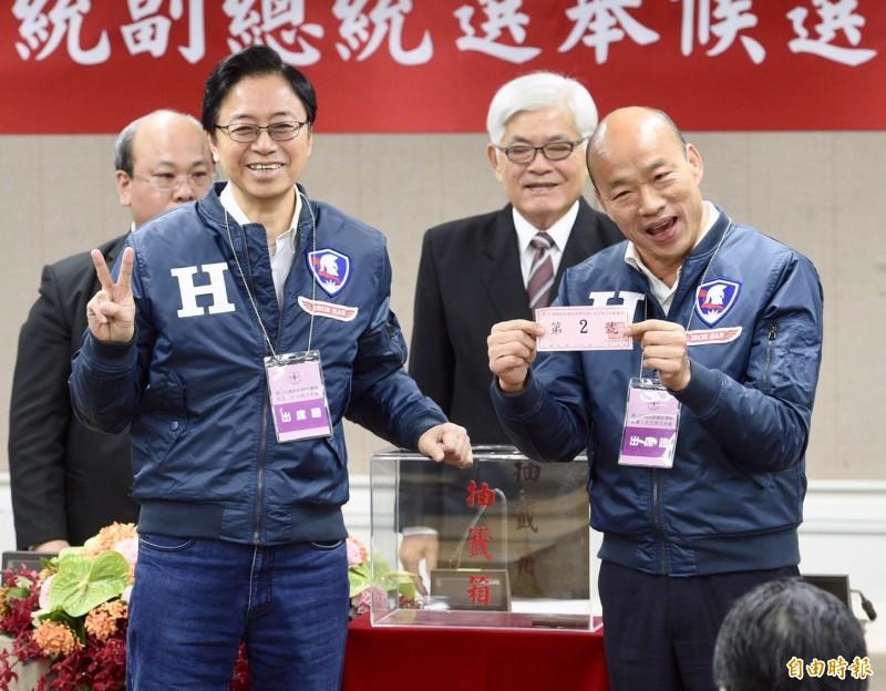 國民黨候選人韓國瑜、張善政抽到2號。(記者羅沛德攝)