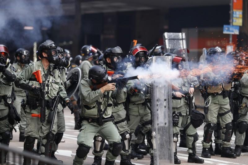 港警至今已發射近1.6萬枚催淚彈、橡膠彈約1萬枚。(美聯社)