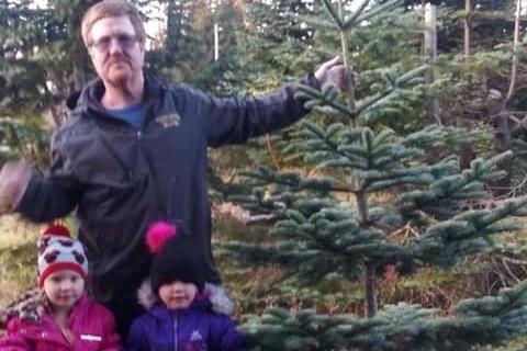 美國華盛頓州當地時間5日發生一起奪命車禍,駕駛座的父親當場失去意識,而車上所載著的1對4歲的雙胞胎女兒則在事發後順利脫困。圖為上週席蒙斯帶著雙胞胎女兒尋找要佈置在家中的聖誕樹。(圖擷取自_GoFundMe)