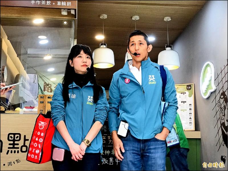 民進黨立委候選人吳怡農(右)與同黨的立委候選人高嘉瑜(左)昨天一起在內湖拜票。(記者蔡思培攝)