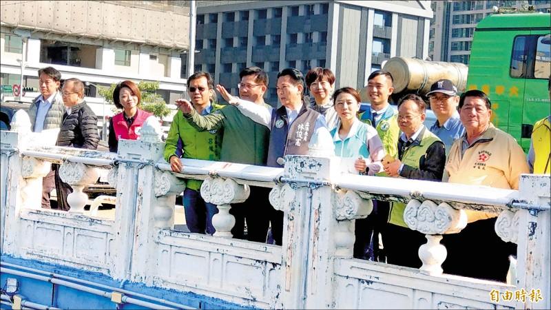 通行34年的臨安橋,已是老舊橋梁,亟需改建。 交通部長林佳龍(左三)與立委林俊憲(左四)會勘中華西路臨安橋。(記者劉婉君攝)