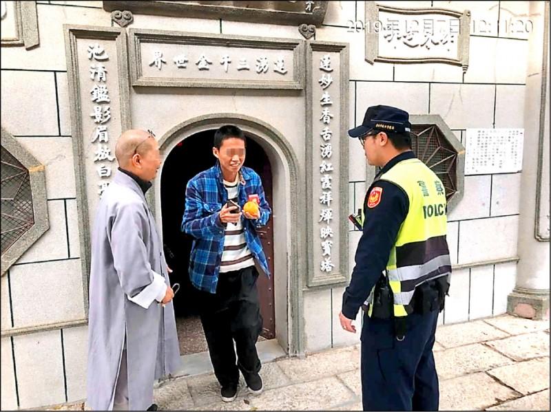 南市警方請南區竹溪寺師父打開納骨塔門鎖,張男才脫困。(記者王俊忠翻攝)