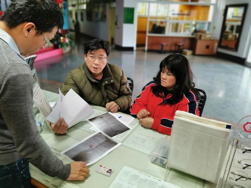 台東阿美族婦女陳秀蘭在移民署台東服務站專員陳允萍(中)的協助下,代滯留西班牙38年的二哥申請返台相關文件。(記者黃明堂翻攝)