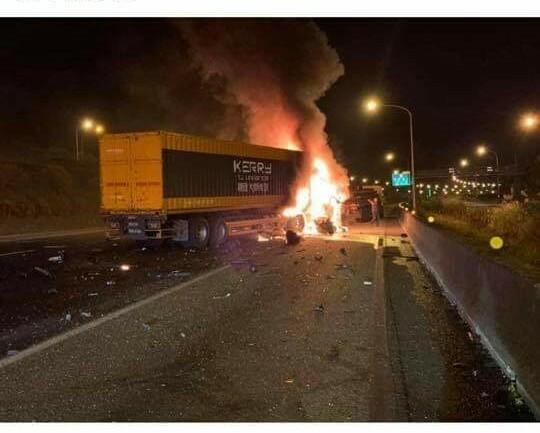 國一北上45公里處火燒車,車流嚴重回堵到桃園段。(擷取自我是南崁人臉書)