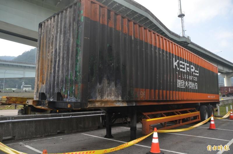 貨櫃車、聯結車都被拖到國道分隊採證。(記者鄭淑婷攝)