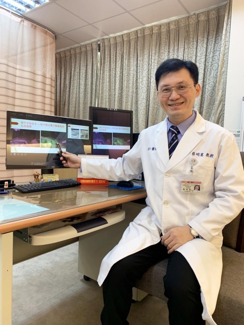 蔡明憲醫師解釋他率先應用於減重手術的ICG螢光偵測技術 。(圖/蔡明憲醫師提供)