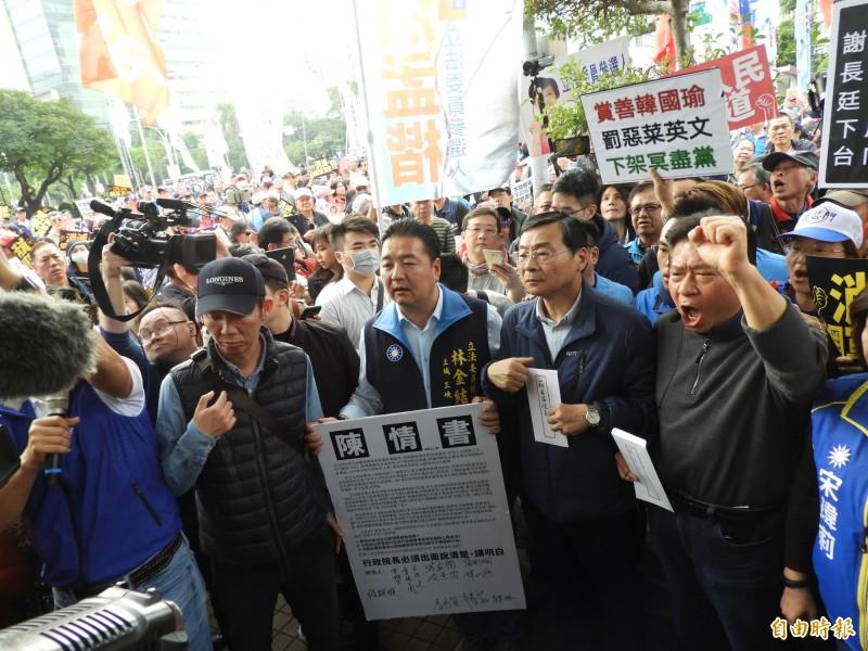 國民黨立委曾銘宗及國民黨立委候選人今日一行人率眾至政院抗議。(記者陳鈺馥攝)