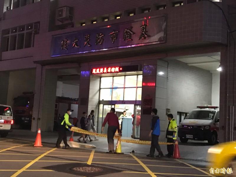 消防隊員確認死者無生命跡象後,拉起封鎖線(記者吳昇儒攝)