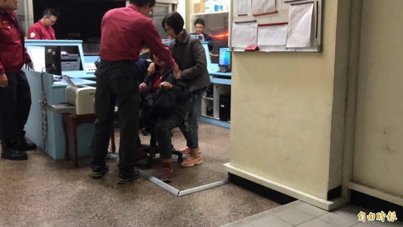 家屬在分隊內痛哭失聲(記者吳昇儒攝)