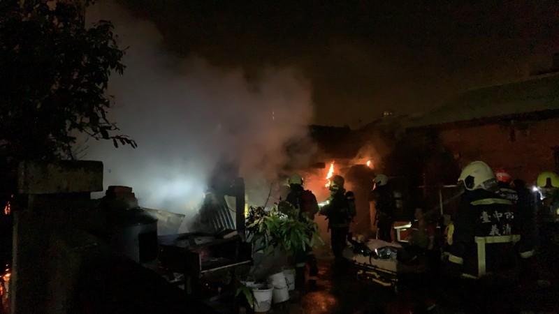 台中龍井中央路一段一處民宅今天傍晚5點多發生火警,現場火勢猛烈,一名婦人受困屋內,救出時已經沒有呼吸心跳送醫急救。(記者陳建志翻攝)