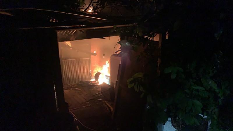台中龍井中央路一段一處民宅今天傍晚5點多發生火警,現場火勢猛烈。(記者陳建志翻攝)