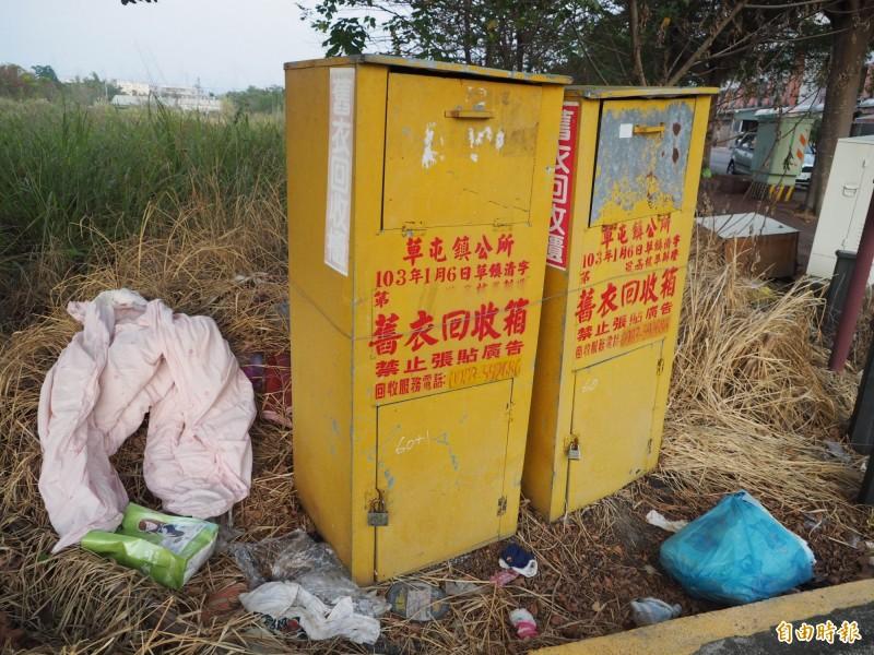 草屯鎮有部分舊衣回收箱衣滿為患,箱外被亂丟一堆物品。(記者陳鳳麗攝)