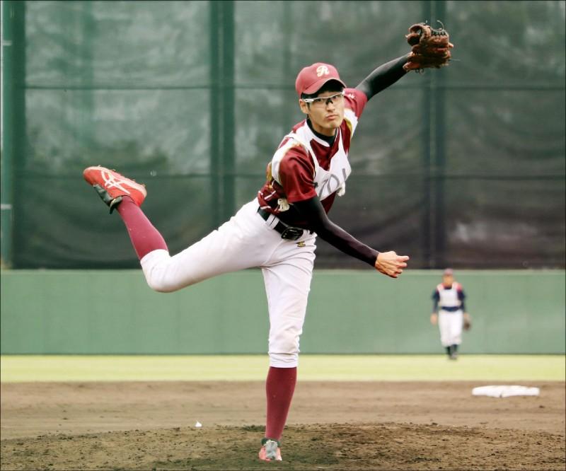 素人投手杉浦健二郎身高182公分,右投、左右開弓,現為日本中央大學政治系三年級學生。圖為他11月參加日本獨立聯盟「棒球挑戰聯盟」選拔測試會時投球。(取自網路)