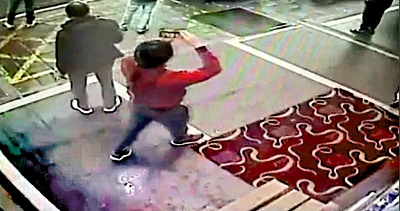 涉嫌教唆縱火的李姓嫌犯不顧人命關天,還在對面騎樓全程錄影、觀看長達十五分鐘。(記者王冠仁翻攝)