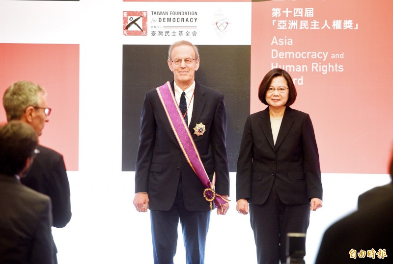 President Tsai Ing-wen, right, and National Endowment for Democracy president Carl Gershman pose for pictures after Tsai conferred the Order of Brilliant Star with Grand Cordon on Gershman at the 14th Asia Democracy and Human Rights Award ceremony in Taipei yesterday.   Photo: Peter Lo, Taipei Times