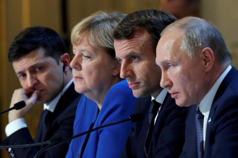 俄羅斯總統普廷(右)與烏克蘭總統澤倫斯基(左)昨日在巴黎舉行會談,雙方同意年底前在烏克蘭東部全面停火協議等措施。法國總統馬克宏(右2)與德國總理梅克爾(左2)也一同出席與會。(路透)