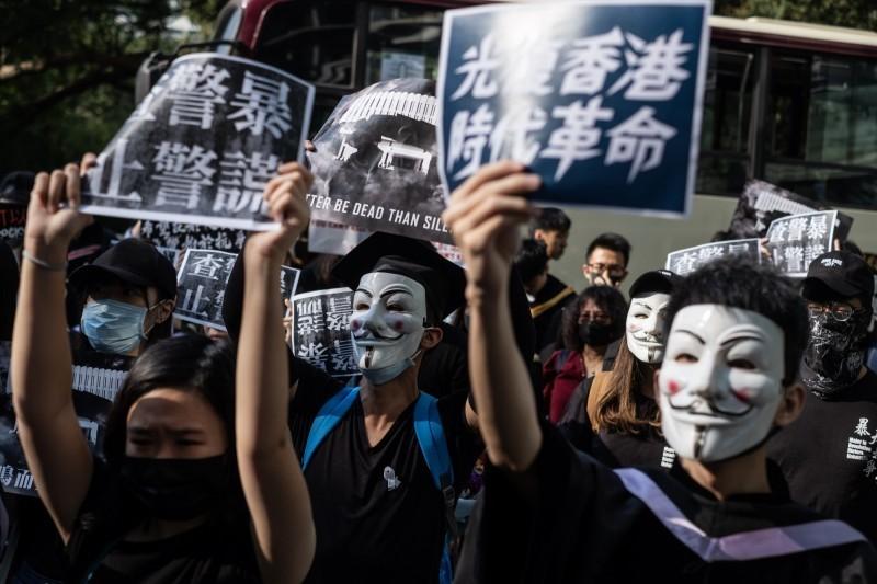 香港高等法院上月18日裁定《緊急法》及《禁蒙面法》違憲,不過暫緩執行裁決。(彭博)