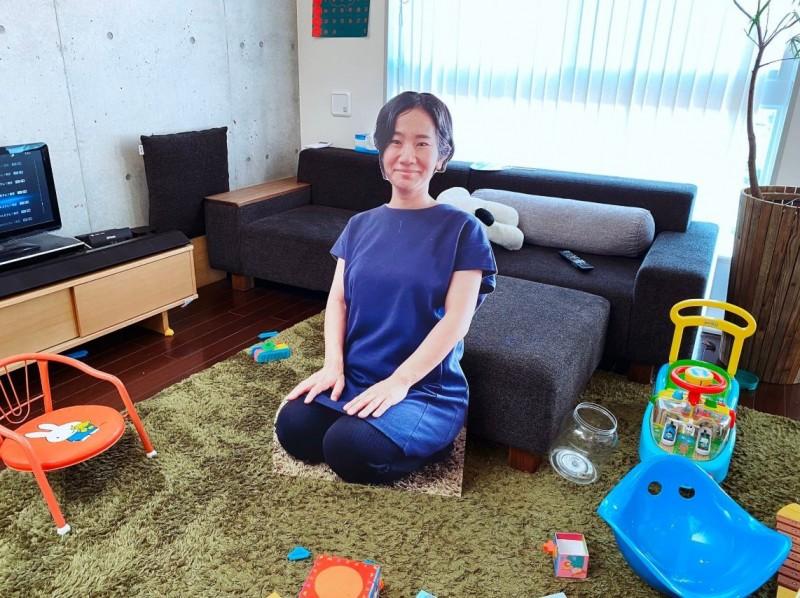 不僅站姿,連坐姿版本的媽媽立牌都有。(圖片由推特帳號 sato_nezi 授權提供使用)