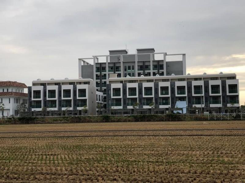 有網友上網分享一座位於斗六的連棟別墅照片,其中別墅外牆一排超吉利的數字,引起廣大網友熱烈迴響。(圖擷取自臉書_路上觀察學院/網友授權)