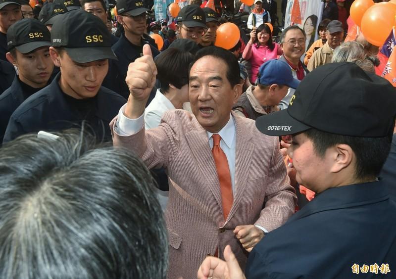 被問到支持者擔心親民黨變台銘黨,宋楚瑜說,親民黨是公開園地,每個人都有權利參與台灣政治,並引用蜘蛛人經典台詞「With great power comes great responsibility.」。(記者廖振輝攝)