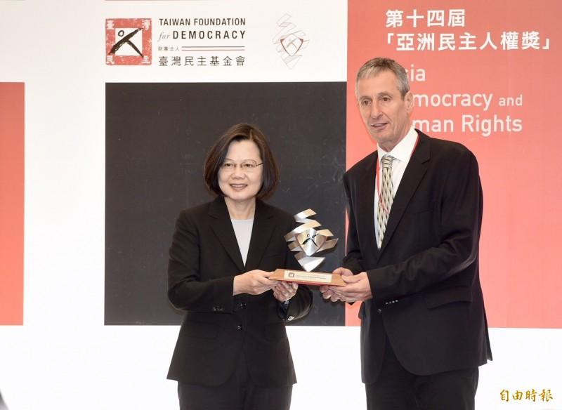 蔡總統今天表示,不覺得是利用香港選舉,這是香港事情發生後,台灣人民自我警惕的過程。(記者羅沛德攝)