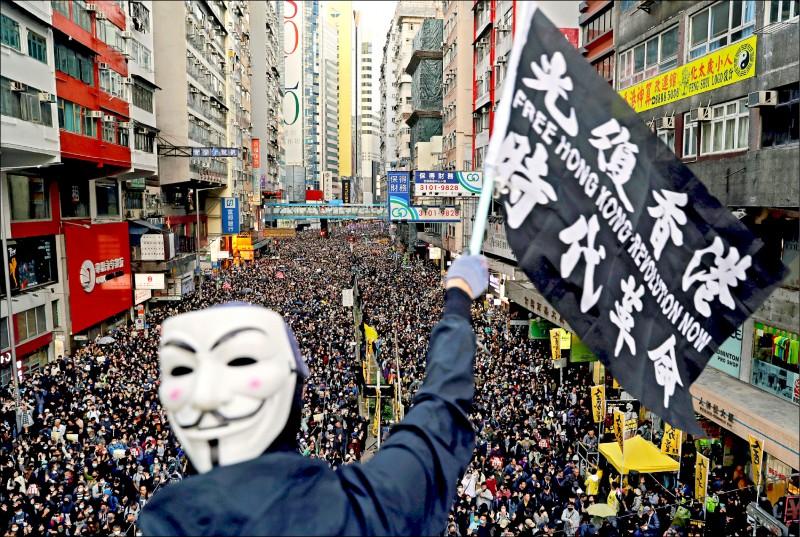 香港高等法院上訴庭十日拒絕就「禁蒙面法」違憲案批出暫緩執行令,並宣布將於明年一月重審本案,意味禁蒙面法正式失效。圖為香港八日有八十萬人走上街頭,再次高呼「光復香港、時代革命」,呼籲特首林鄭月娥回應五大訴求。(路透)