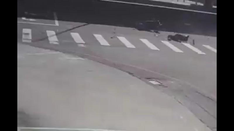 林女撞飛後,重摔地上殞命。(記者張瑞楨翻攝)