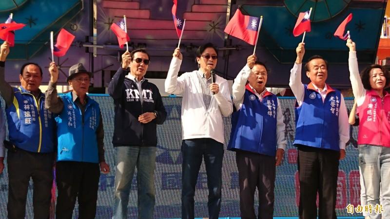 蔡育輝(右三)今天在下營成立後援會,前總統馬英九(左三)和國民黨副總統候選人張善政(中)為蔡育輝站台助選。(記者楊金城攝)
