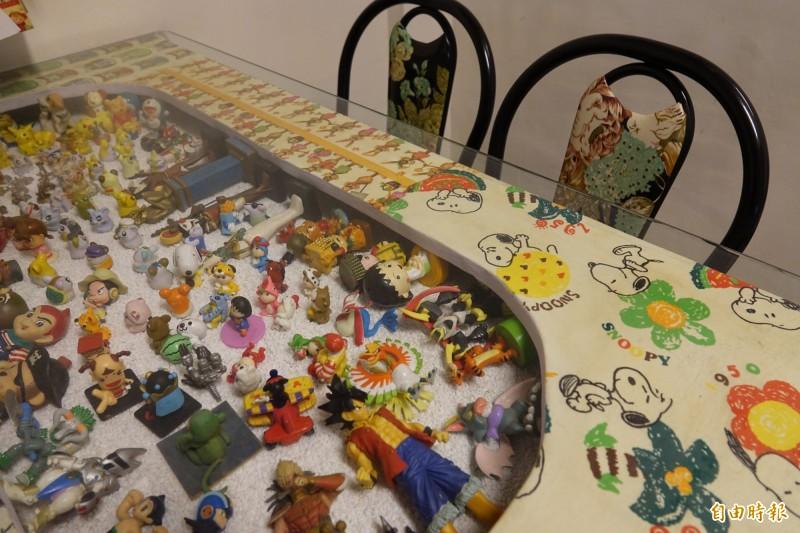 餐桌擺滿兒子小時候玩具的收藏。(記者劉曉欣攝)