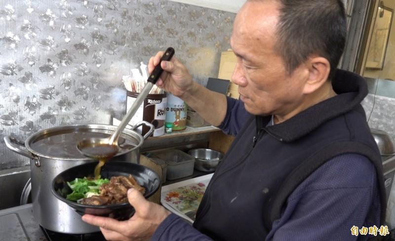 龍祥麵食堂老闆劉同賢端出的軟骨拉麵,推手來自兒子對豬嫩骨的喜愛。(記者劉曉欣攝)