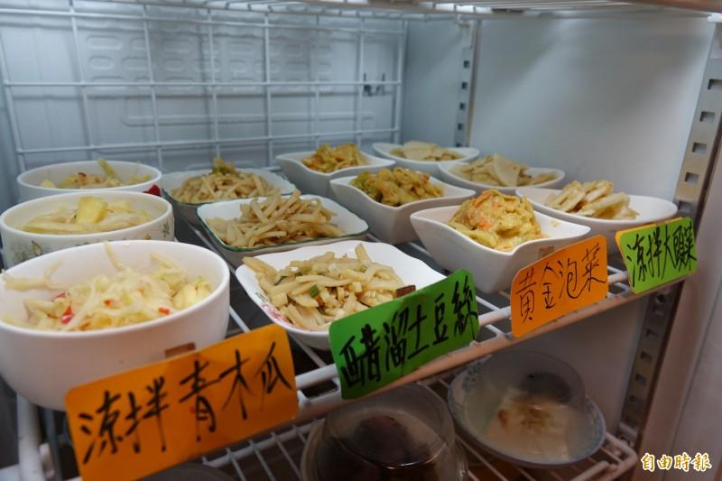 龍祥麵食堂的小菜也是一絕,全出自老闆之手。(記者劉曉欣攝)