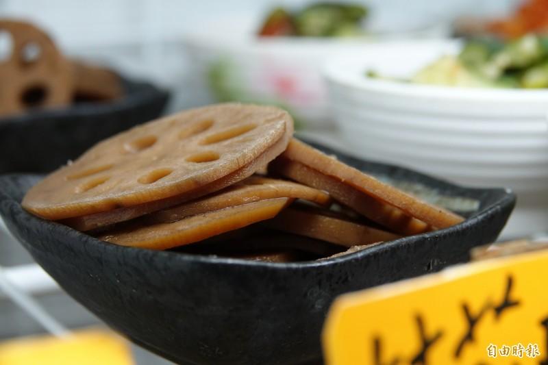 龍祥麵食堂的小菜也是一絕,全出自老闆之手,桂花釀蓮藕吃出時節蔬食味。(記者劉曉欣攝)