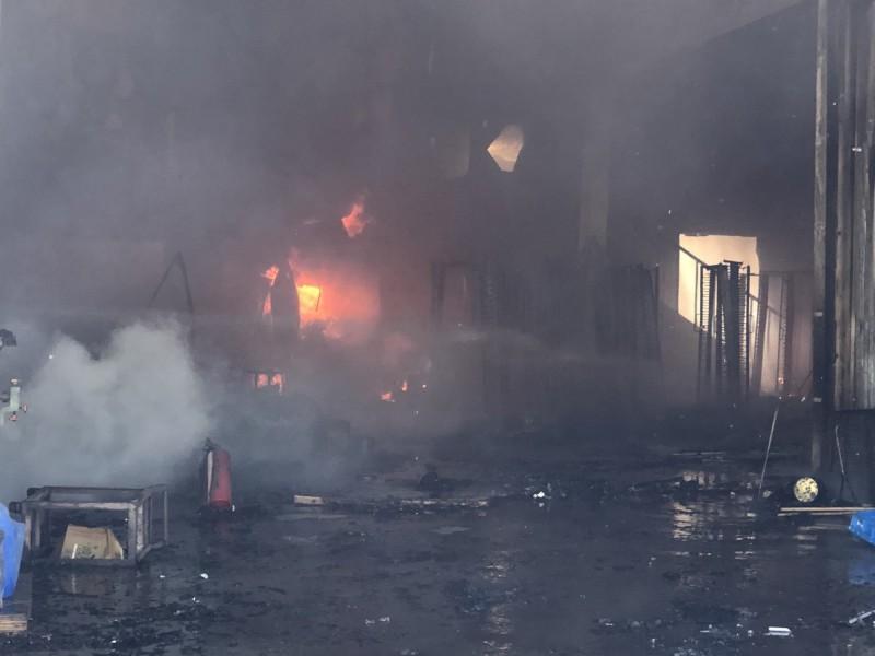 彰化芬園驚傳工廠大火,火勢相當猛烈。(記者湯世名翻攝)
