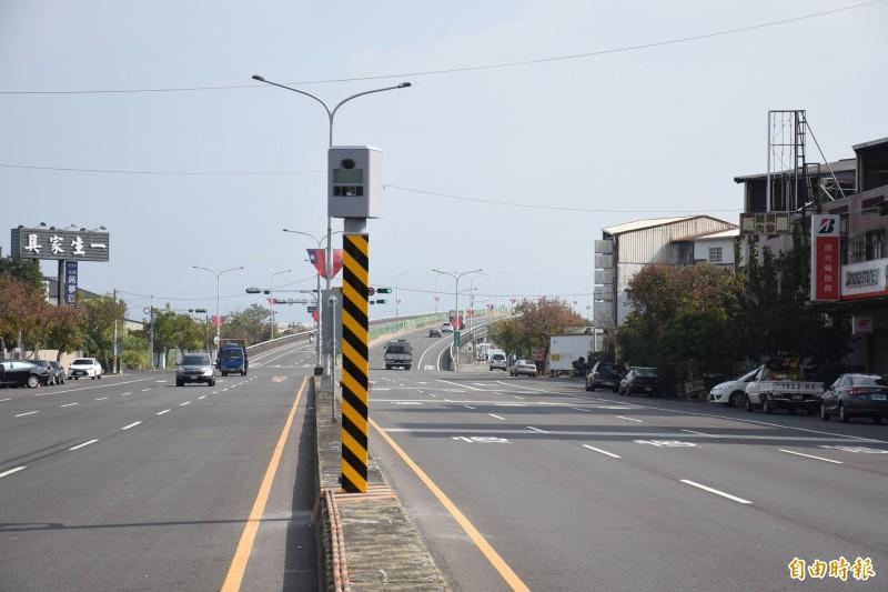 斗六市鎮北路與育英北街路口增加定點測速照相。(記者林國賢攝)