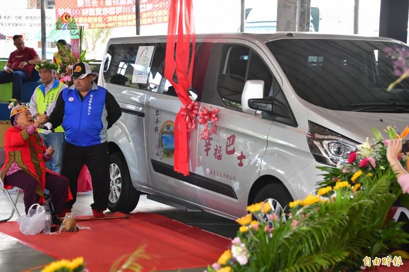 牡丹鄉公所以傳統儀式祈福啟用車輛。(記者蔡宗憲攝)