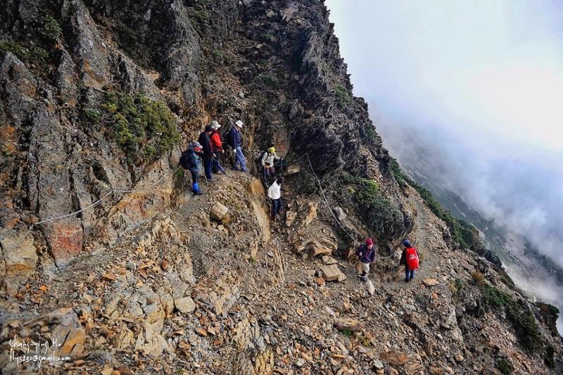 玉山園區部分登山步道坡度較陡,且路幅不寬,山友禮讓時應緊貼山壁,並側身讓對方通過,以維登山安全。(玉管處提供)