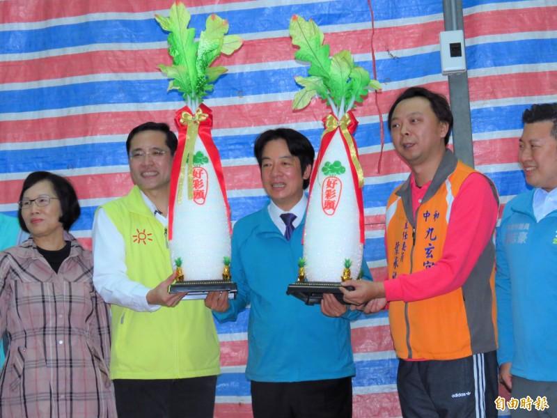 廟方送給(右二)賴清德和江永昌(左二)「好彩頭」,祝福高票當選。(記者陳心瑜攝)